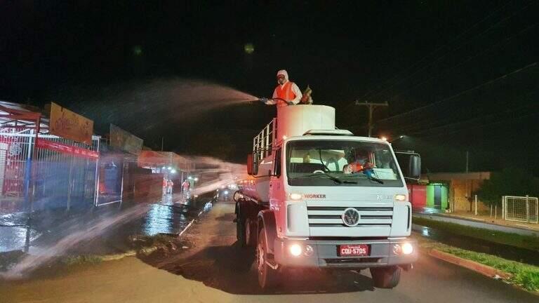 Equipes desinfectando rua da Capital durante a pandemia. (Foto: Glenda Gabi/Arquivo)