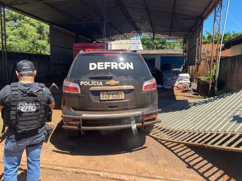 Policiais tiveram de derrubar portão em depósito de maconha (Foto: Divulgação)