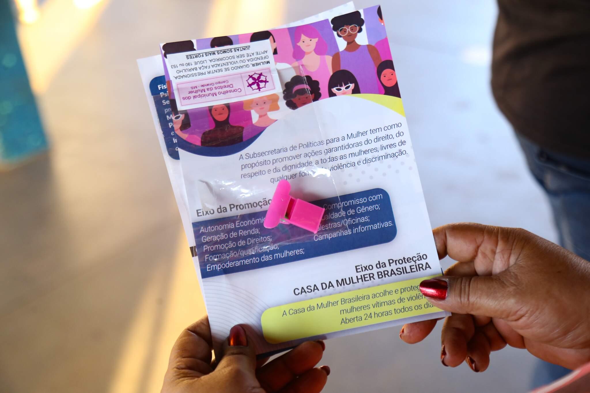 Material entregue as usuárias do transporte coletivo nesta segunda-feira, dia internacional da mulher (Foto: Kisie Ainoã)