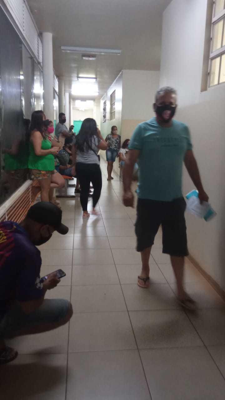 Pacientes no corredor da Upa Universitário. (Foto: Direto das Ruas)