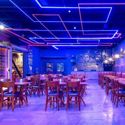 Beira de estrada inspira bar, que é cheio de neon e ideias de decoração
