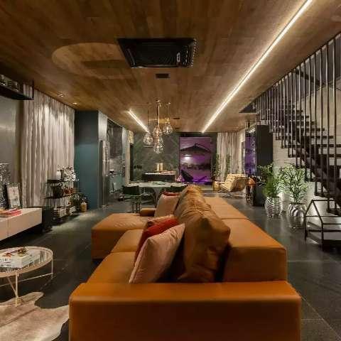 Casa mistura retrô e industrial com estrutura de concreto aparente