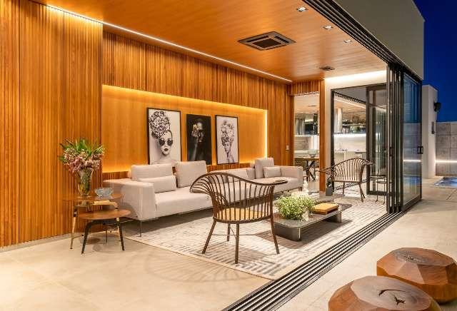 Em casa de 300 m², madeira é o que transforma toda a decoração
