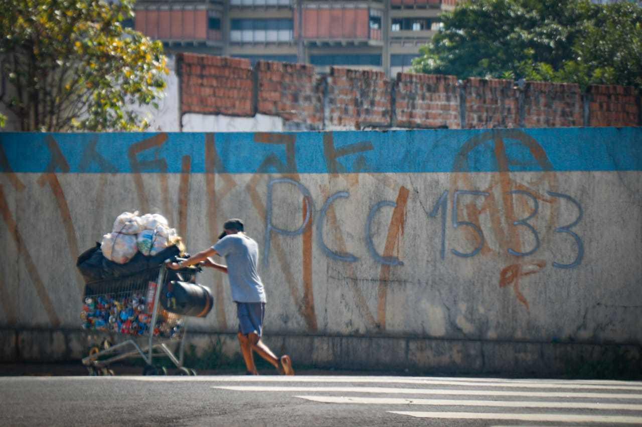 Muro pichado com a sigla da facção criminosa e o número usado pelos integrantes na região Oeste de Campo Grande. (Foto: Henrique Kawaminami)