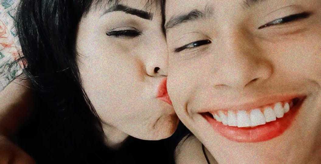 Babi e seu namorado Vinícius em selfie romântica; ela mulher trans, ele homem hetero (Foto: Arquivo Pessoal)