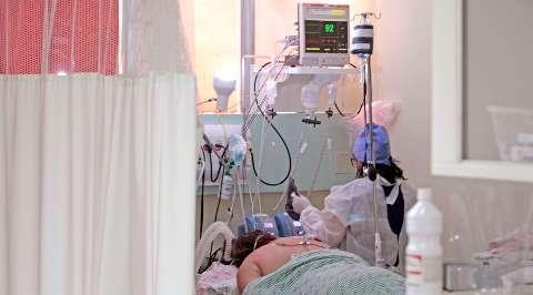 Metade de pacientes intubados por covid precisa de diálise após lesões nos rins