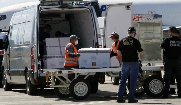 Lote de vacinas chegando no Aeroporto de Campo Grande. (Foto: Edemir Rodrigues/Governo de MS)