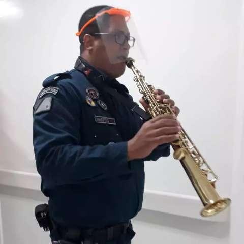 Sem esperar aplausos, policial emociona ao tocar na UTI da covid