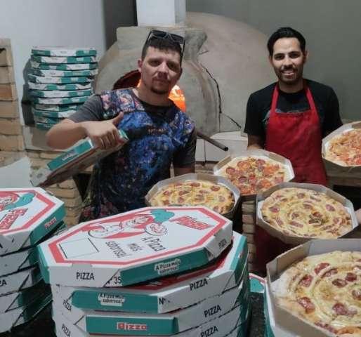 Amigos fazem pizzas e distribuem para levar alegria à comunidade