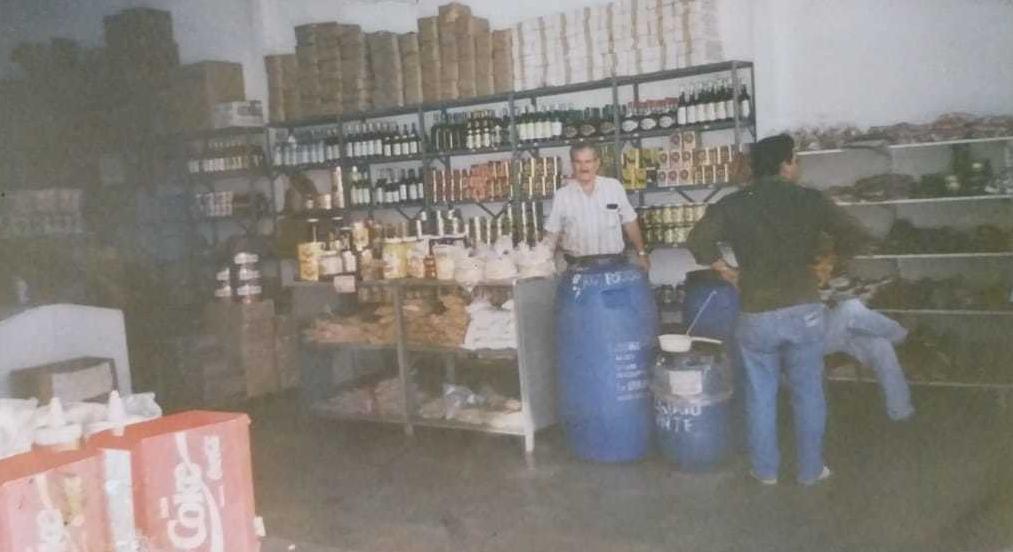 """Registro de Michel dentro do comércio, no lado da mercearia; antigamente espaço era """"aberto"""" (Foto: Arquivo Pessoal)"""