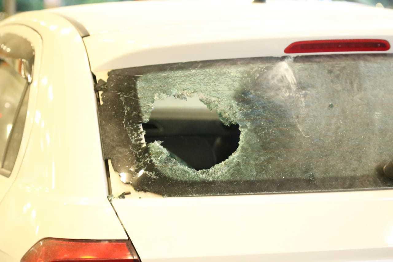 Vidro de carro que estava próximo ao veículo incendiado chegou a ser quebrado (Foto: Kísie Ainoã)