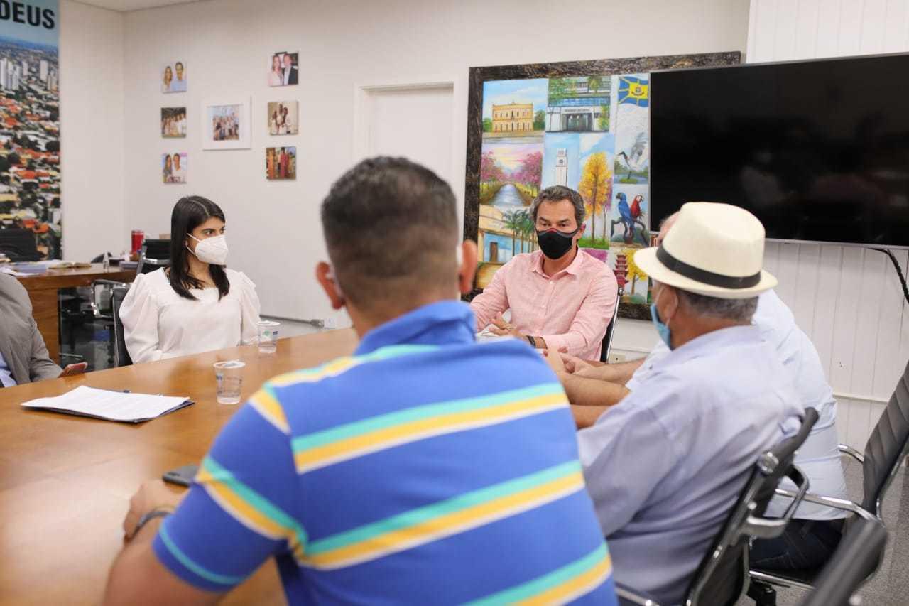 Vereadora Camila Jara (PT) e o prefeito Marquinos Trad (PSD), de frente, em reunião na Prefeitura de Campo Grande. (Foto: Câmara Municipal)