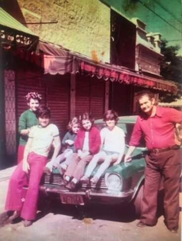 Registro da família em frente ao primeiro ponto que tiveram, na rua 14 de Julho (Foto: Arquivo Pessoal)
