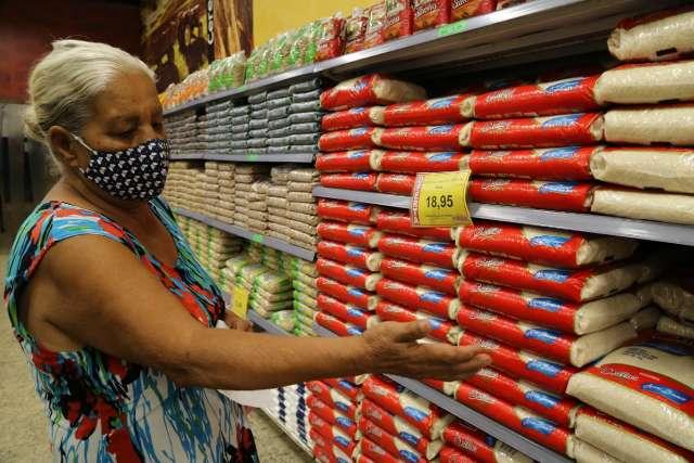 """Consumidor diz que pobre precisa fazer """"milagre"""" para comer arroz e feijão"""