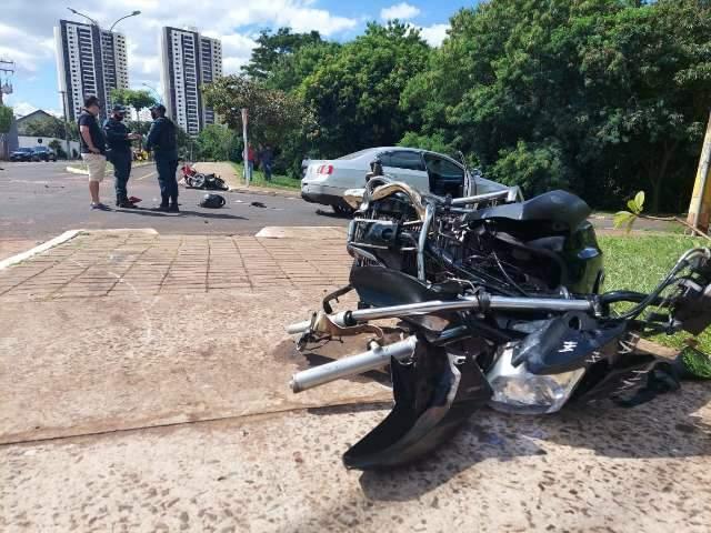 Acidente entre motocicletas e Passat na Via Parque deixa dois em estado grave
