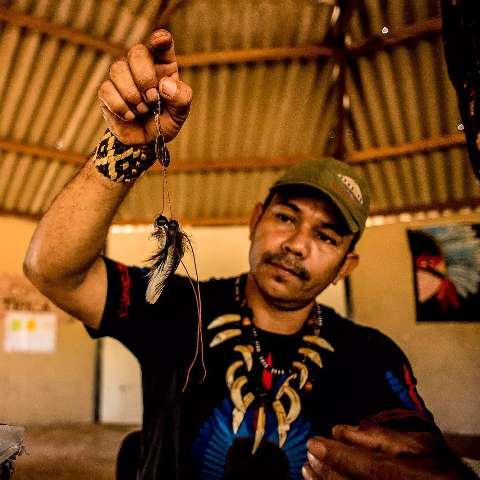 Livro preserva linguagem de sinais indígena, que é diferente da Libras