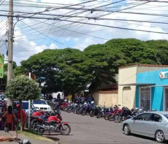 """Moradores denunciam """"rolêzinho"""" frequente em sorveteria na Moreninha"""