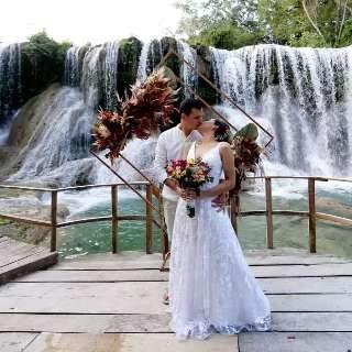 """Casal viajou 2,5 mil km para dizer """"sim"""" em cachoeira romântica de MS"""