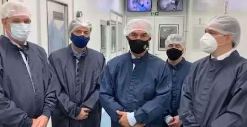 Reinaldo visita fábrica na tentativa de ser 1º estado a comprar vacina russa