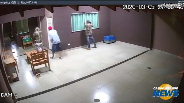 "Trio tenta arrombar porta, pula janela e furta TV ""novinha"""