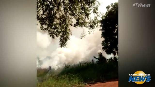 Incêndio em vegetação ao lado de hospital preocupa moradores