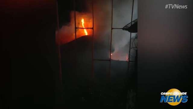 Fogo tomou conta de casa abandonada na Rua Antônio João