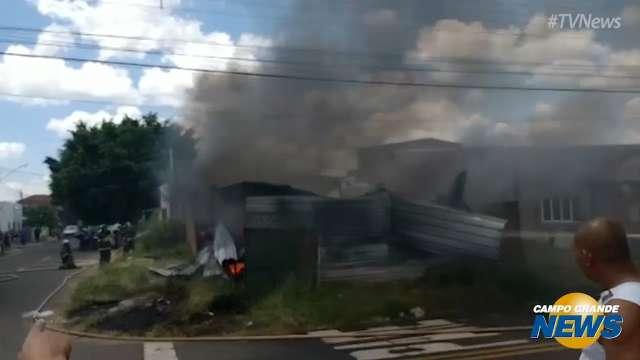 Bombeiros combatem incêndio em depósito de recicláveis