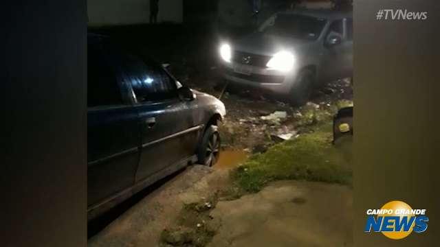 Moradores do Jardim Los Angeles se ajudam para retirar carro de buraco