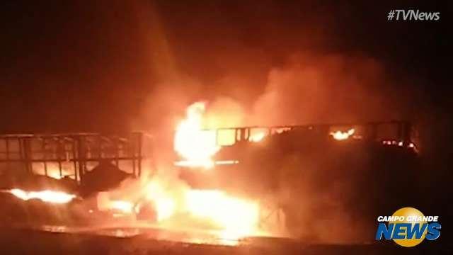 Incêndio destrói caminhão carregado de soja na MS-386