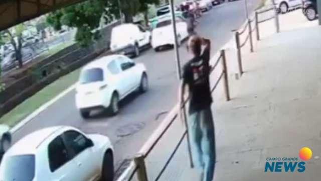 Vídeo mostra bandido fugindo de algemas após morte de policiais