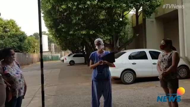 Janela de vidro aproxima familiares e pacientes da covid-19 em hospital