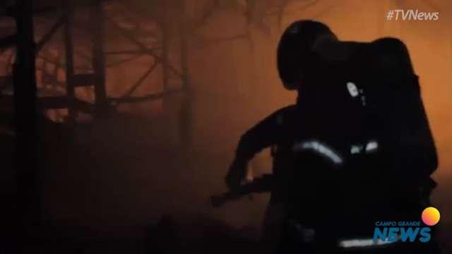 Após 38h de combate, corpo de bombeiros libera vídeo de profissionais no interior do atacadista