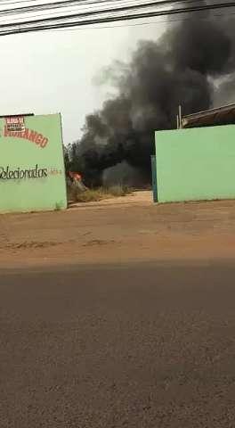 Grande quantidade de fumaça vinda de incêndio na Rua Antônio Rahe