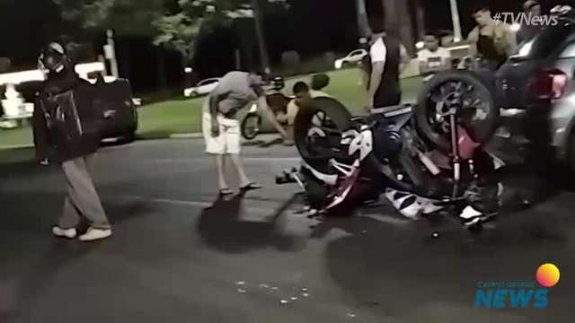 Batida entre carro e moto na Cônsul Assaf Trad